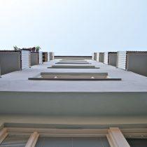 Fasad med nybyggda balkonger